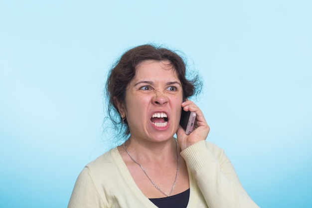 Boze agressieve vrouw met woeste uitdrukking.