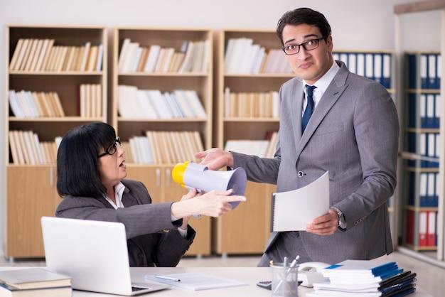 Boze baas berisping ondergeschikte werknemer