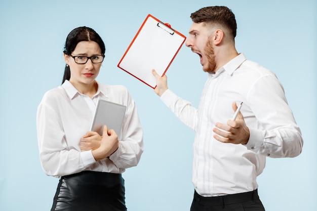Boze baas. man en zijn secretaris staan op kantoor of in de studio. zakenman schreeuwen naar zijn collega. office relaties concept, menselijke emoties