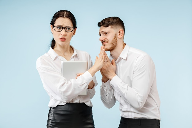 Boze baas. vrouw en zijn secretaresse die zich op kantoor of in de studio bevinden. zakenman die tegen zijn collega schreeuwt. vrouwelijke en mannelijke blanke modellen. office relaties concept, menselijke emoties