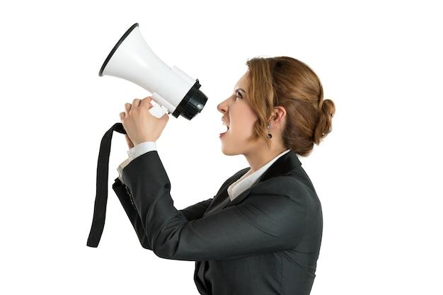 Boze bedrijfsvrouw die met een megafoon schreeuwt