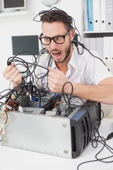 Boze computeringenieur die draden trekken
