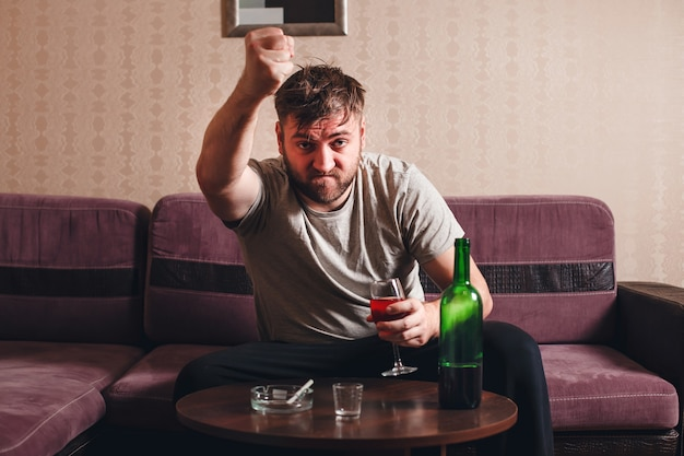 Boze dronken man in depressie.