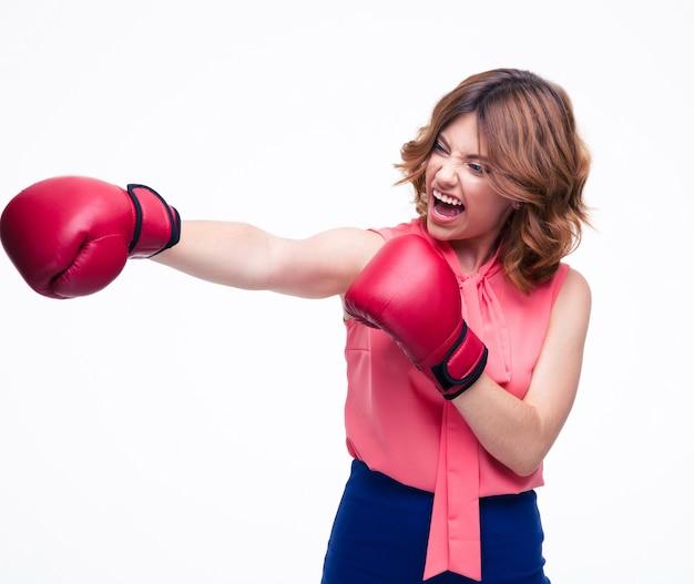Boze elegante vrouw met bokshandschoenen vechten