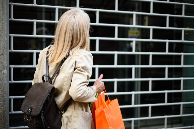 Boze en verraste klant voor een gesloten winkel wegens coronavirus pandemie