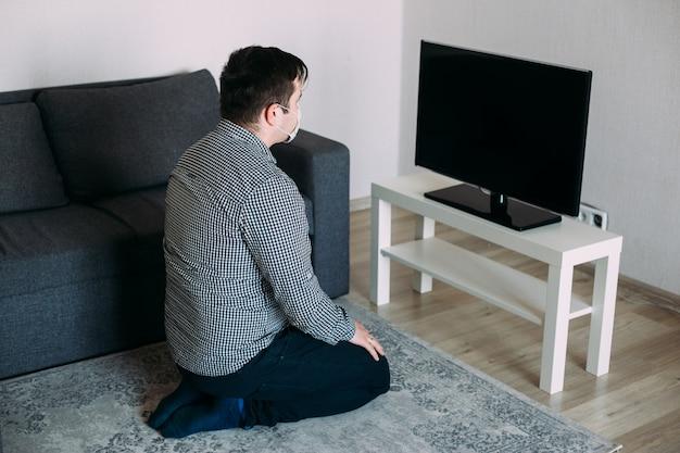 Boze hipster man tv-nieuws kijken