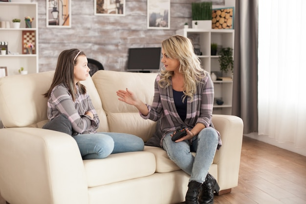 Boze jonge moeder op haar dochtertje omdat ze te veel videogames speelt.