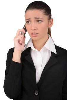 Boze jonge zakenman met mobiele telefoon.