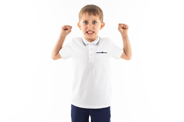 Boze jongen met klappen in een wit t-shirt op een witte achtergrond met kopie ruimte
