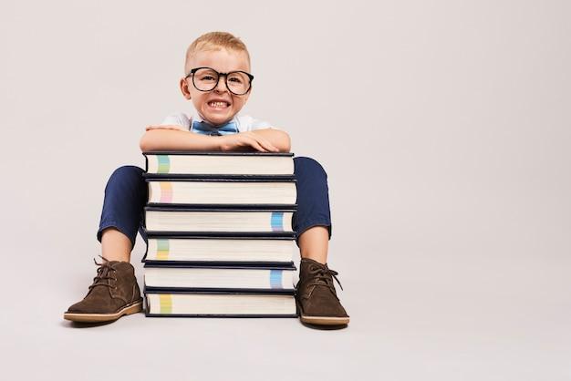 Boze jongens met stapel boeken