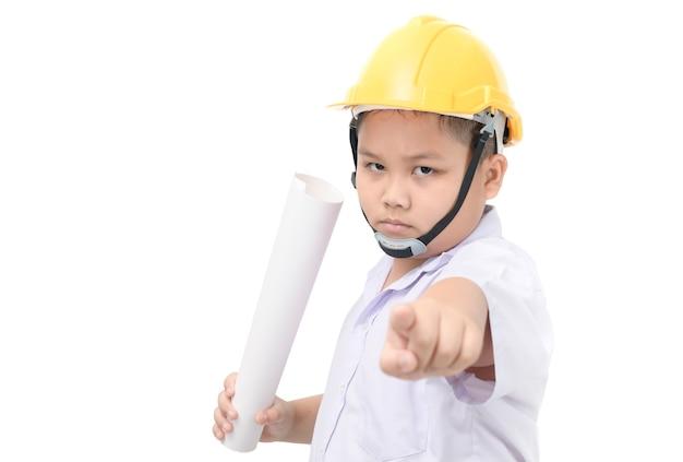 Boze kindingenieur die beschermende helm dragen