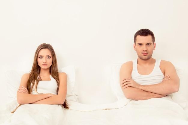 Boze man en vrouw die huwelijksproblemen hebben