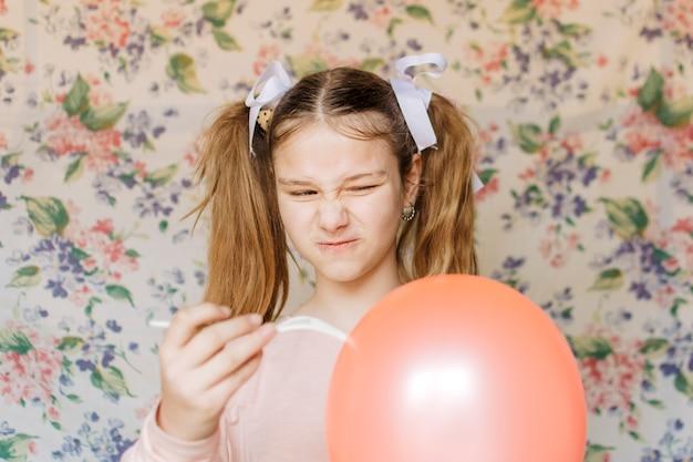 Boze meisjes knallende ballon met vork