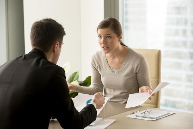 Boze onderneemster die met zakenman debatteert
