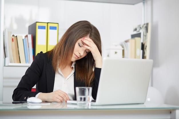 Boze onderneemster in bureau