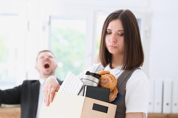 Boze schreeuwende baas punt arm om ontslagend trieste werknemer met stuff box portret te verlaten. slecht nieuwspakket en spullen vervoeren hopeloze personeelsuitbreiding hr boos krijgen zak zakconcept