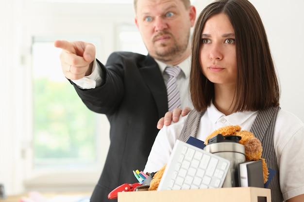 Boze schreeuwende baas wijst arm om af te sluiten