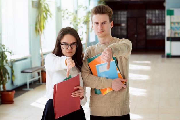 Boze studenten hebben slechte cijfers die ver achterlopen op hun tegenhangers en tonen een grote vinger naar beneden