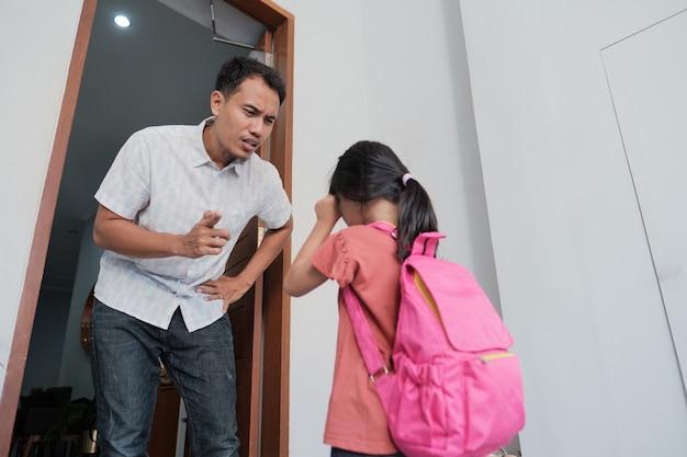 Boze vader confronteert zijn kind na school