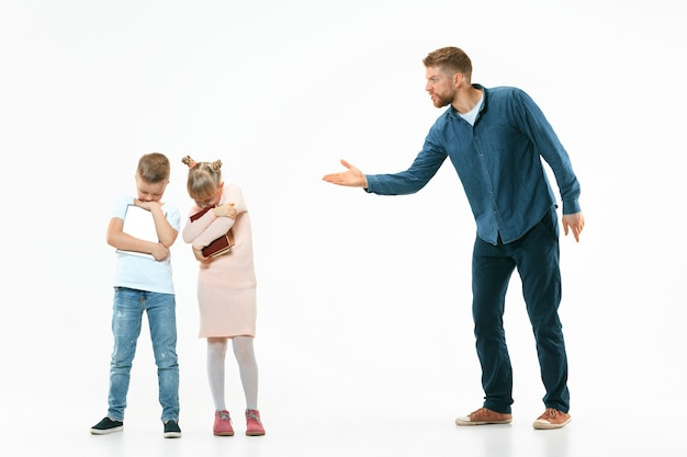 Boze vader die zijn zoon en dochter thuis uitscheldt