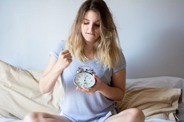 Boze vrouw met wekker