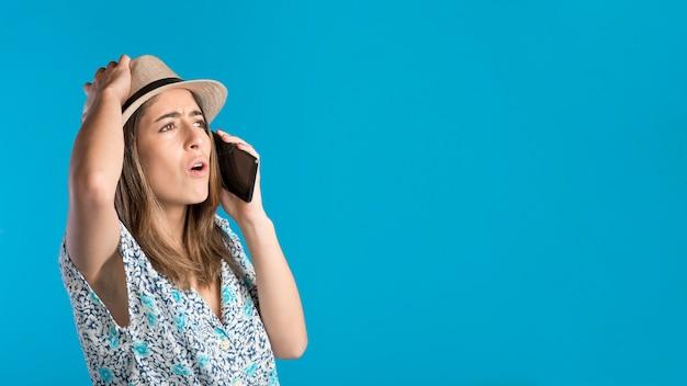 Boze vrouw praten over de telefoon