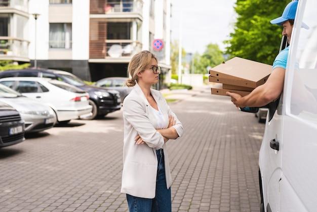 Boze vrouwelijke klant omdat koerier de verkeerde pizza brengt of hij moet?