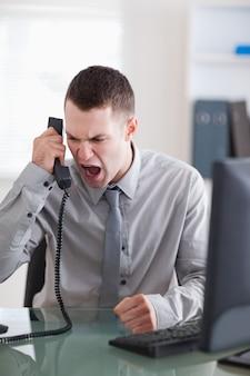 Boze zakenman aan de telefoon