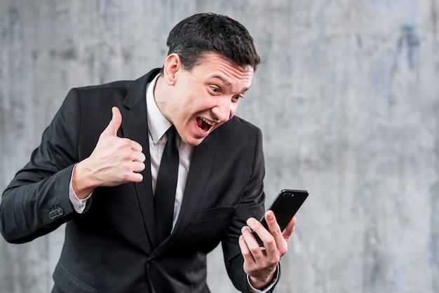 Boze zakenman die bij telefoon schreeuwt