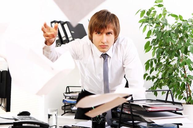 Boze zakenman in zijn kantoor