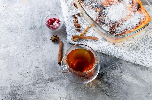 Braadpan met kwark. taart met kaas en kopje thee