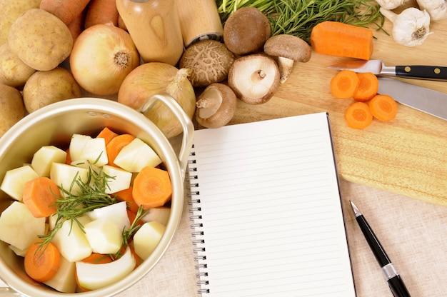 Braadpan pot met biologische groenten en kruiden