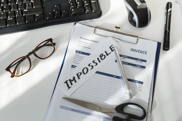 Brainstormen. onmogelijk woord over de werkplek van verkoopmanager met documentfactuur.