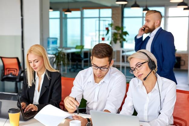 Brainstormtijd van mensen in het lichte kantoor