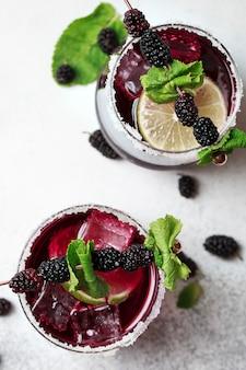 Bramble-cocktail met bramen en gecrasht ijs