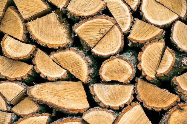 Brand houten textuur als achtergrond. close-up van gehakte brand houten stapel