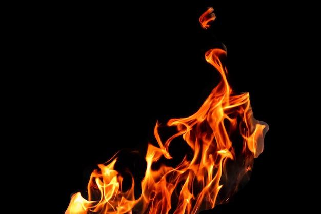Brand, vlammen op een zwarte achtergrond isoleren. concept vuur grill warmte weekend barbecue.