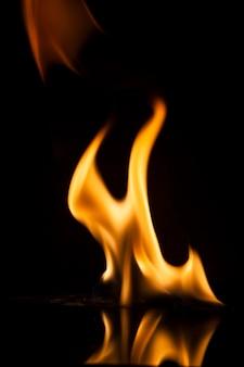 Brand vlammen op zwarte achtergrond.