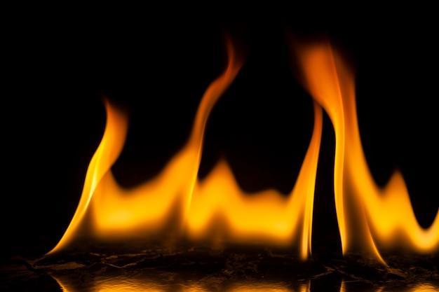 Brand vlammen op zwarte achtergrond