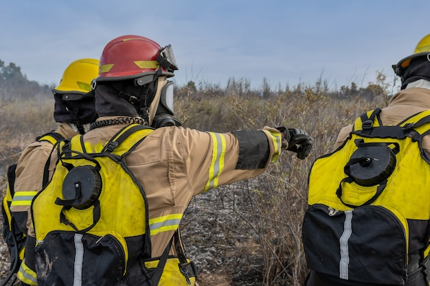 Brandbestrijder die instructies geeft over hoe de bosbrand aan te vallen.