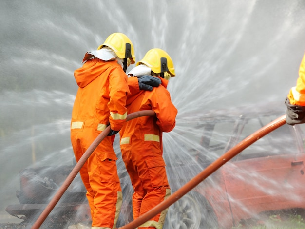 Brandbestrijder opleiding brand nood in actie