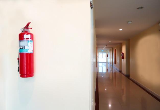 Brandblusser installeren voorzijde van de kamer. veiligheid systeemconcept.
