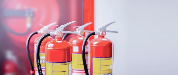 Brandblussers beschikbaar in geval van brand.
