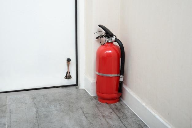 Brandblussers in huisdeur. brandblussers in huisdeur.