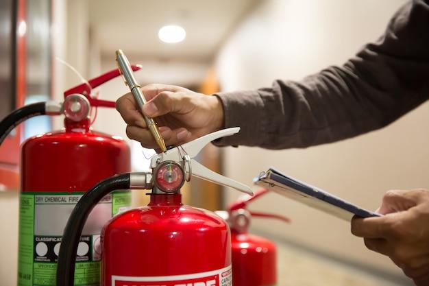 Brandblussers, ingenieurs controleren brandblussers.