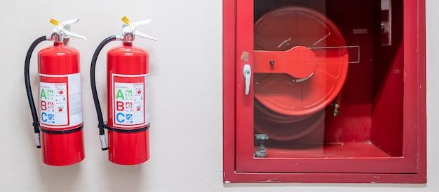 Brandblussysteem op de muurachtergrond, krachtig noodsituatiemateriaal voor industrieel