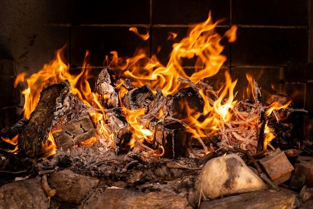 Branden in een barbecue vuur