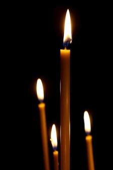 Branden in het donker taps toelopende kaarsen
