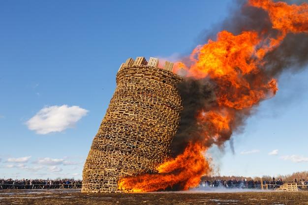 Branden van het fort van de bastille. prestaties onder de blote hemel. franse revolutiedag.