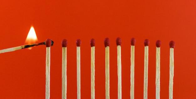 Branden van lucifers die de buren in brand steken